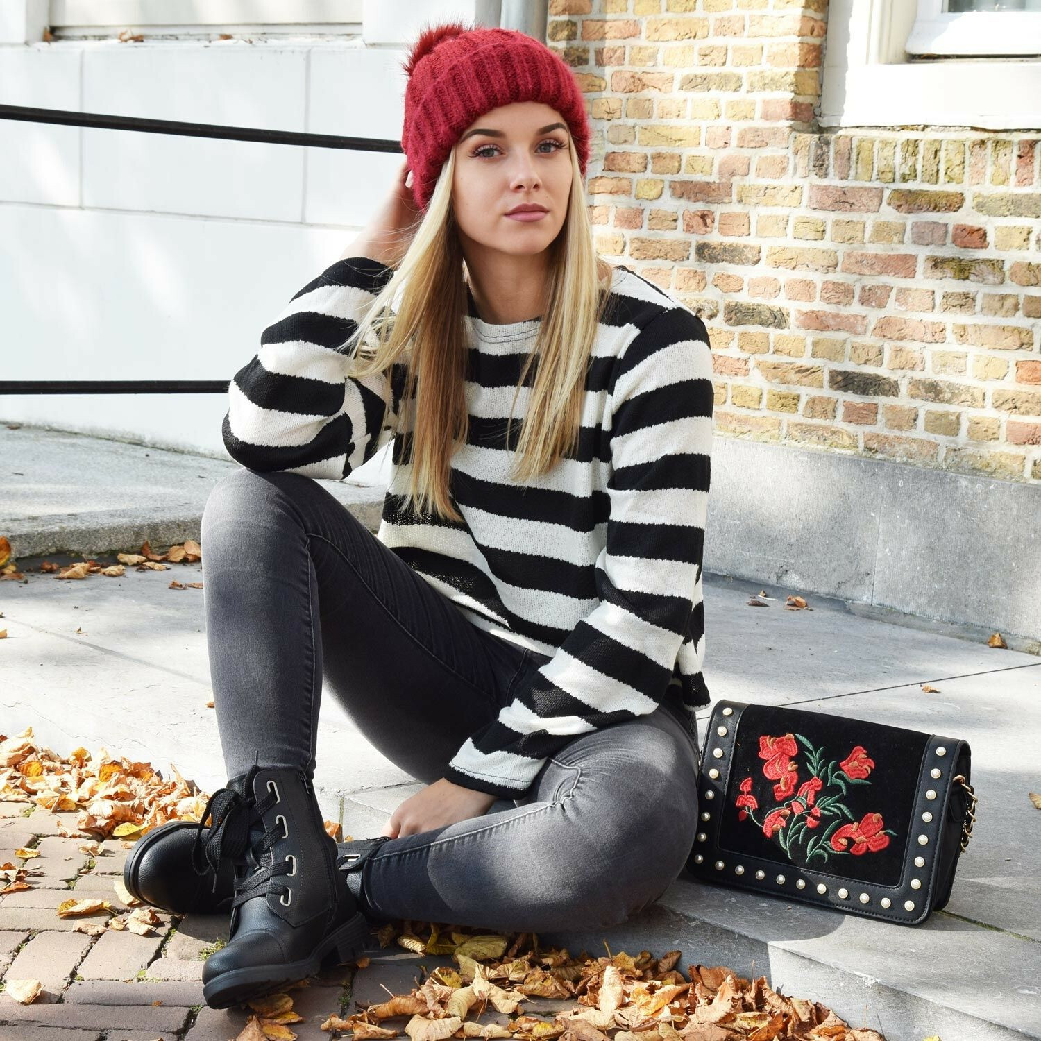 KNITTED POMPOM BEANIE RED